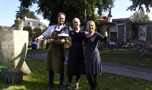 Herman Winkeman, Dena en Golda nodigen hun gasten graag uit in het IJsselhuis. Foto: Marianka Peters
