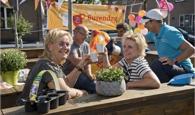 Een kleine 6.000 buurten in heel het land organiseren een activiteit op deze dag, bijna 1.400 meer dan vorig jaar. Kijk op www.burendag.nl voor meer activiteiten in de buurt. Foto: ©Oranje Fonds - Bart Homburg