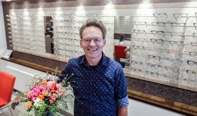 Bert Willemsen in de winkel van Bos Brillen, waar hij nu al 45 jaar werkzaam is. (Foto: Max Timons)