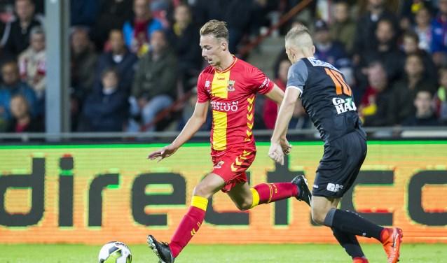 Debutant Dennis Hettinga weet Kevin Visser in zijn buurt tijdens Go Ahead Eagles – FC Volendam. (Foto: Erik Pasman)
