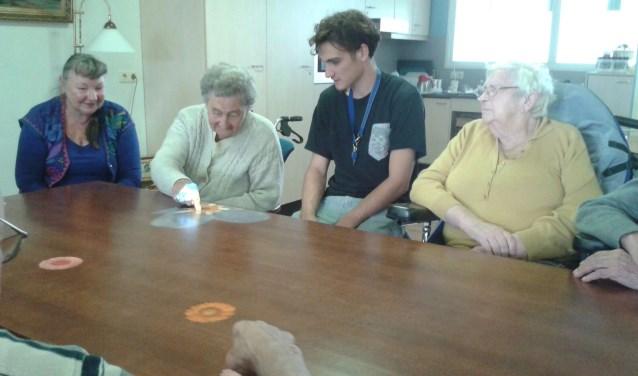 De bewoners van verpleeghuis Vijverhof maken dankbaar gebruik van de tovertafel. (Foto: Privé)