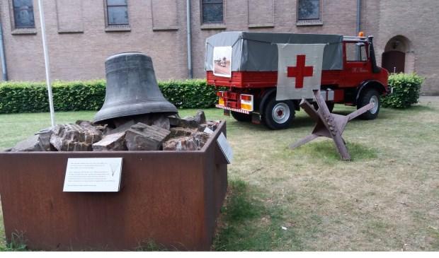 Monument De Klok met Rode Kruis voertuig.
