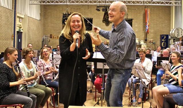 Aanstaande zondag zingt Angela Groothuizen 2 prachtige liedjes over dementie, waarvan 1 samen met het Groot Harmonieorkest. Dat wordt ongetwijfeld een memorabel kippenvelmomentje!