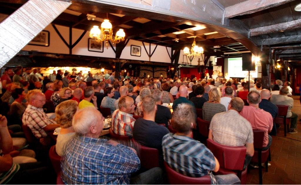 Ruim 400 inwoners  kwamen naar de informatieavond bij Erve Kots over glasvezel. Foto: Eveline Zuurbier