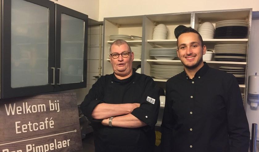 Cees Holleman, nieuwe kok van Den Pimpelaer, met bedrijfsleider Roy van Dijk in de keuken van het restaurant/eetcafé.  (Foto: Arie Visser)