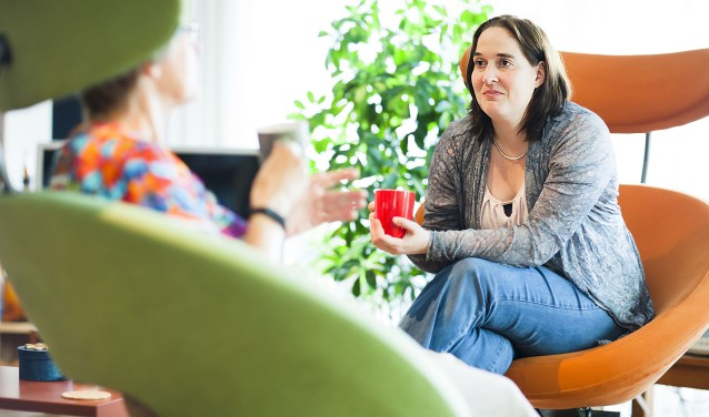 Elske van Oostaijen werkt met veel plezier als vrijwillig netwerkcoach bij Mantelzorg Wageningen.(foto: Esther Meijer)