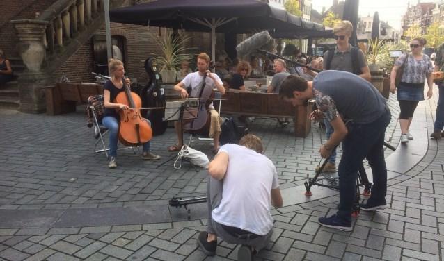 """""""Op fietse in de binnenstad wordt mijn voortgang gebarricadeerd door twee cellisten die op de kruising tussen de Lange en Korte Hofstraat en de Zaad- en Groenmarkt een klassiek deuntje zitten te spelen."""""""