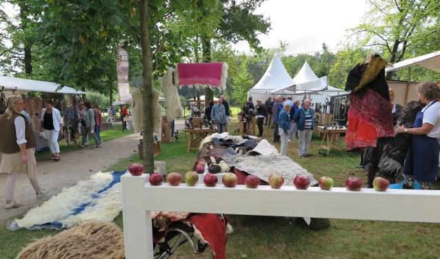 De Herfstfair vindt voor de derde maal plaats in het kasteelpark van Cannenburch in Vaassen. In het weekend van 15, 16 en 17 september maken bezoekers kennis met uiteenlopende groendecoraties. Gerenommeerde floral designers geven bloemschikdemonstraties. (eigen foto)