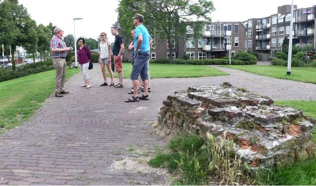 Stadsgids Theo Loeven vertelt deelnemers tijdens stadswandeling over heden en verleden van Doetinchem. (foto: Roel Kleinpenning)
