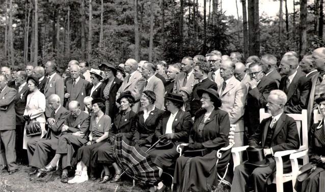 Na de bevrijding duurde het nog een maand of zeven voordat actie werd ondernomen. Op 9 juni 1945 werden de graven blootgelegd waarna op 15 augustus van dat jaar de eerste herdenking werd gehouden.