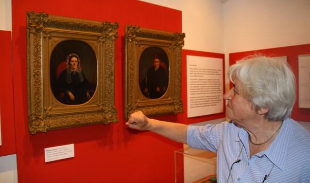 Mevrouw Wertheim legt uit dat de portretten licht afwijken van haar eigen afbeeldingen. (foto: Kees Stap)