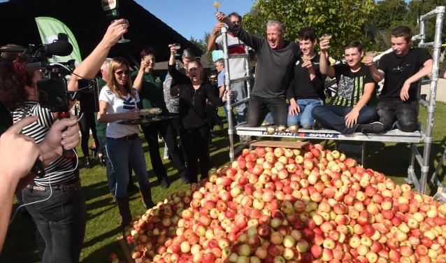 Nadat er de hele dag gebouwd was, stond de teller op 7.140 verwerkte appels. Die werden en worden deze week nog verkocht voor het goede doel waarna de opbrengst bekend wordt. Foto: Henk van Esch