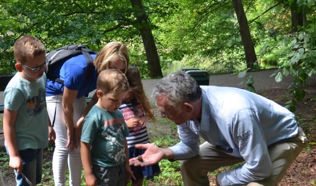 Ruud Waltman laat kinderen van Kind & co kennis maken met de natuur in het bos (het kasteelpark).
