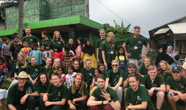 Pien Gerrits met twintigleerlingen uit Boskoop en Waddinxveen, drie docenten en een begeleider van Global Exploration.