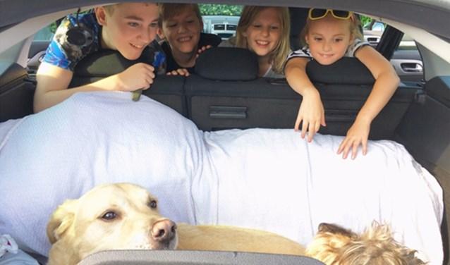 De moeder van de zieke Tijn kan dankzij Stichting Zorgeloos Kind met de auto naar het ziekenhuis. (Foto: Stichting Zorgeloos Kind).