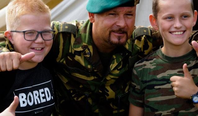 """Marco Kroon posseerde gewillig met jong en oud: """"De veteranen spelen een belangrijke rol in het voorkomen van een nieuwe oorlog door hun verhaal te blijven delen."""""""