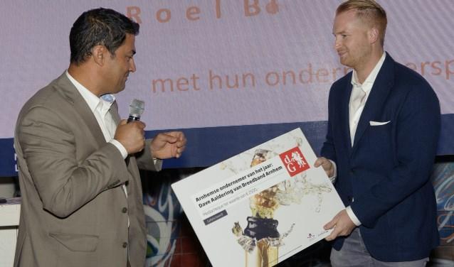 Nasser Al Mawla, commercieel directeur van De Gelderlander, overhandigt Dave Aaldering de prijs.