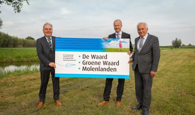 De voorzitter van de naamgevingscommissie Wim van Leussen overhandigt een bord met de namen aan burgemeester Dirk van der Borg en burgemeester Werner ten Kate. (Foto: PR)