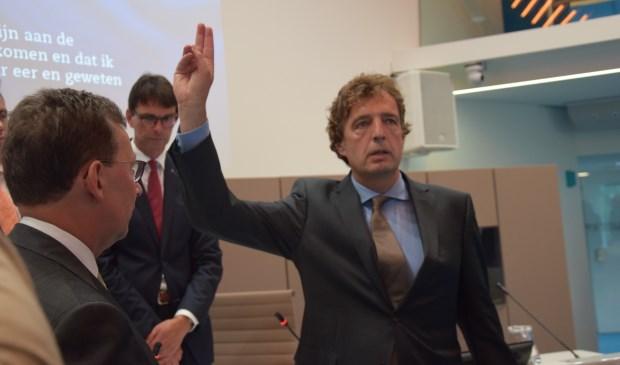 Rene Verhulst (CDA) legt de eed af. (foto: Danny van Zeggelaar)