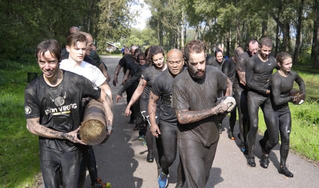 Doorweekt en met de modder tot in de oren trokken de deelnemers van Meet The Marines zondagochtend door het bos.