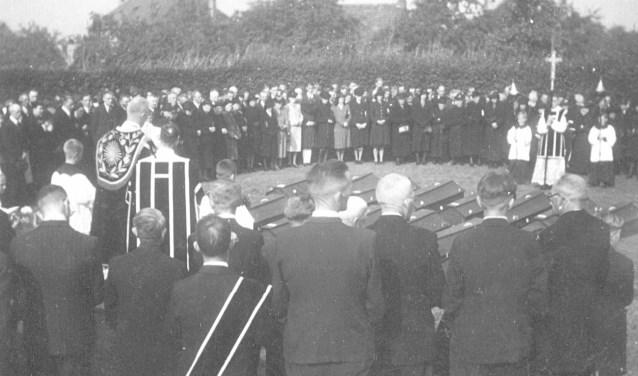 Beeld van de begrafenis op de ochtend van 19 september 1944. Na de middag rollen Engelse tanks via de Kruisstraat Zeelst binnen.