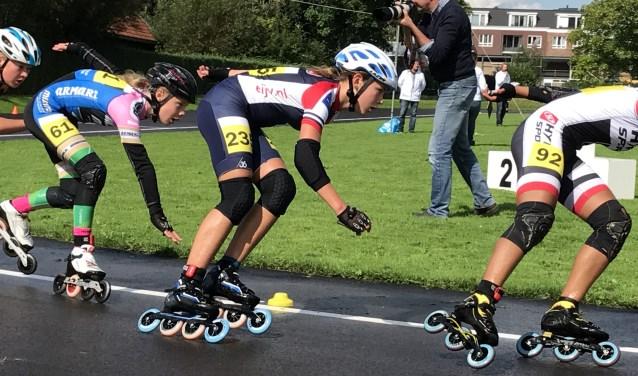 Jasmijn en Isa reden een sterke marathon in Oudewater.