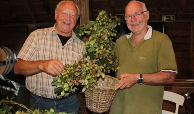 Albert van Kaathoven en Frans van Boxtel plukken als vrijwilliger het hop en staan mede aan het roer van het Hopoogstfeest in Schijndel