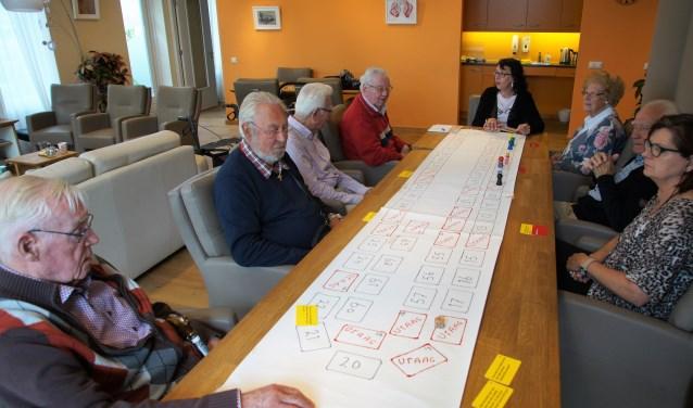 De bezoekers van Bij Rembrandt en Vief ontmoeten elkaar, drinken koffie, ze bewegen om de spieren een beetje soepel te houden en ze doen een spel om het geheugen te trainen. FOTO: Winny van Rij
