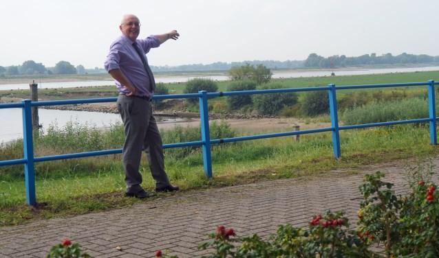 Wethouder Herman Gerritsen van de Neder-Betuwewijst naar de uiterwaarden die zullen worden verandert. (Foto: Jan Woldberg)