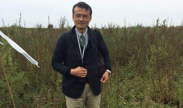Professor Kenji Kamigawara ging op kaplaarzen kijken hoe de Kleine waterteunisbloem wordt bestreden.