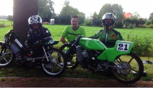 Loedeman (midden) is trots op de recordtijden van zijn rijders. Foto: Bianca v.d. Velden