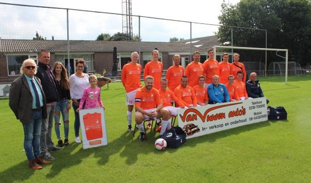 Het tweede elftal van Oranje Wit toont de nieuwe shirts die het kreeg geschonken door Van Vuuren Auto's in Veenendaal. (Foto: Henk Jansen)