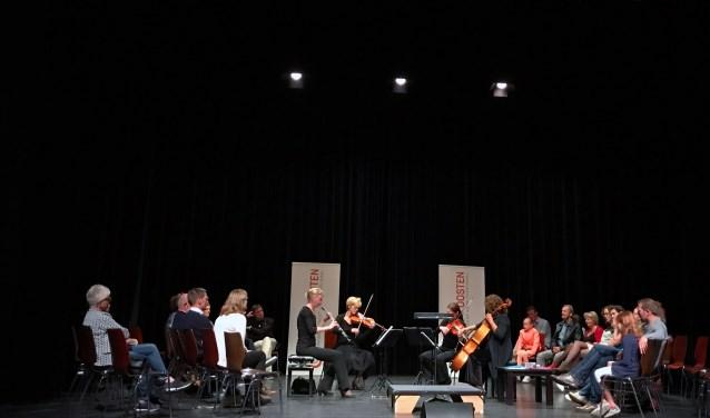 Zes deelnemers mochten de twee strijkers, een celliste en een hoboïste deze avond voor het eerst 'dirigeren'.