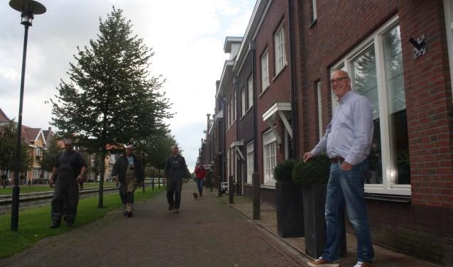 Hans van Leeuwen voor zijn huis. Zijn pamflet roept op tot verbetering van de verkeerssituatie op de Zilvergracht in Berkel.      Foto: GvL.