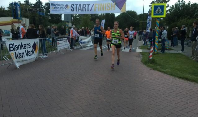 Dat de stratenlopen in het Land van Heusden en Altena weer in de lift zitten bleek ook donderdagavond weer in Giessen, met bijna 200 deelnemers aan het vertrek was de organisatie opnieuw prima tevreden.