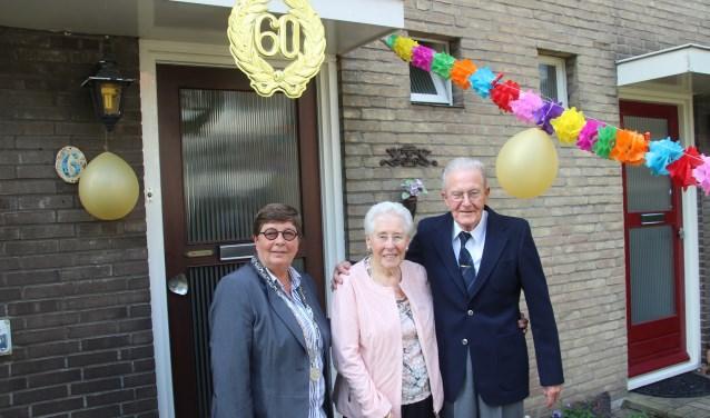 Het echtpaar Gooij samen met loco-burgemeester Ten Seldam