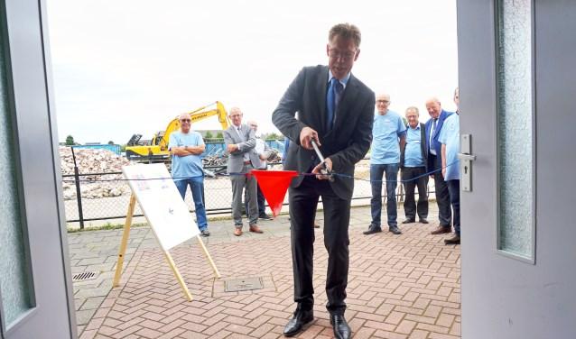 Het Repair café werd officieel geopend door wethouder Bensdorp. (Foto: Jan Woldberg)