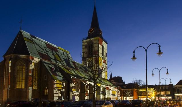 De Jacobskerk in Mondriaankleuren tijdens Piet is Jarig.
