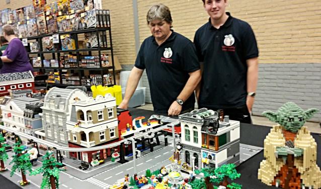 Er stonden verschillende tafels met Lego opgesteld om eigen creaties te bouwen. Opvallend was dat er ook veel volwassenen te vinden waren aan de tafels, bouwend en speurend in de bergen met Lego.
