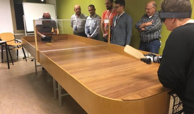 Dit spel kunnen blinden helemaal zelfstandig spelen. Ook mensen zonder visuele handicap kunnen meedoen. Iedere speler speelt met een verduisterde bril op.
