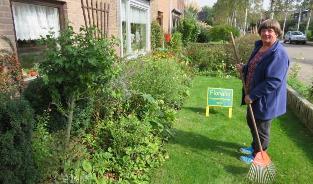 Mevrouw Kerseboom is een van de tien genomineerden die kans maken op de prijs voor mooiste tuin van Bennekom. Floralia maakt de prijswinnaar op 4 oktober bekend. (foto: Doriet Willemen)