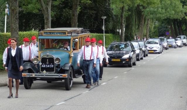 Het vervoer naar de begraafplaats in Mijnsheerenland vond plaats in zijn trotse bezit, de Belgische brandweerbus uit 1928.