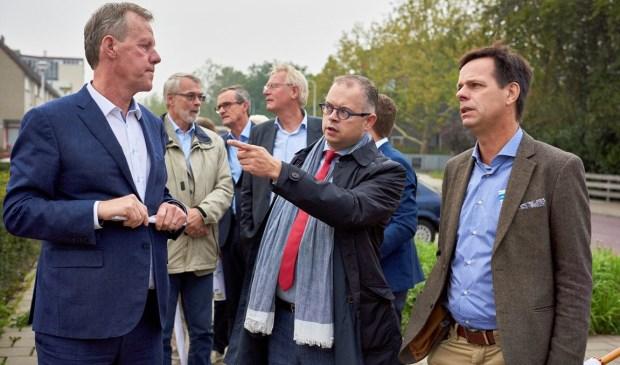 Wethouder Rogier Tetteroo geeft tekst en uitleg aan Marnix Norder(r). Geheel links René Mascini van Woonpartners. Foto: PR