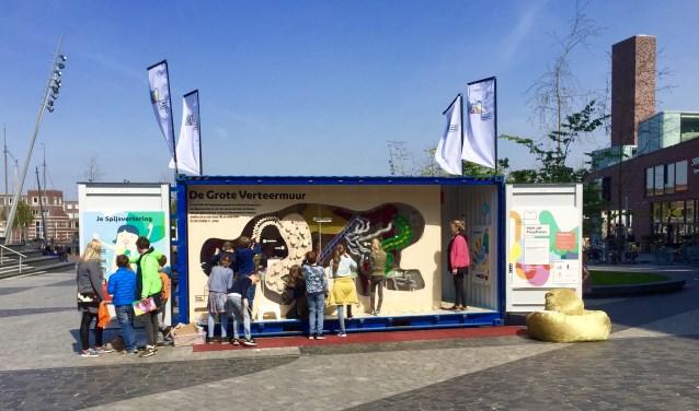 Bij het Wetenschapsfestival op 7 oktober houdt de RIVM een Kennisparade op Antonie van Leeuwenhoeklaan 9 in Bilthoven. Het POP-UP PoepPaleis is een van de educatieve attracties. Praten over poep is niet alleen grappig maar ook nuttig voor de gezondheid, is de grote boodschap. Naeen bezoekje aan het PoepPaleis trek je nooit zomaar meer door!