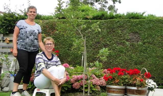 Corien Hoogenboom (li) en Corina Maaijen organiseren de nieuwe vrouwenactiviteit.