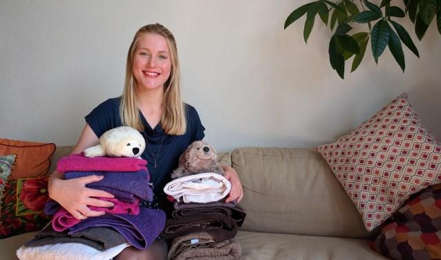 """Marjolein Simons (22) uit Arnhem zamelt handdoeken in voor het Zeehondencentrum Pieterburen. """"Iedereen die nog een paar handdoeken heeft liggen en deze wil doneren voor het Zeehondencentrum, kan mij een mail sturen. Alle beetjes zijn welkom"""" (foto: Metka Hagen)"""