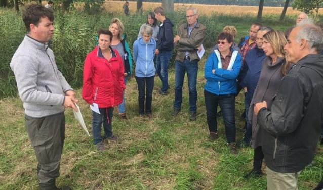 Ruim zeventig belangstellenden kwamen zondagmiddag af op de rondleiding op landgoed Dassenberg dat normaal niet toegankelijk is voor publiek. Foto: Timo van de Kasteele.