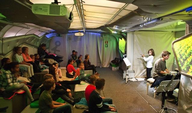 Christiaan Blom geeft een concert voor zijn mede-leerlingen.(foto: Jeroen Verbueken / fotopersbureau Busink)
