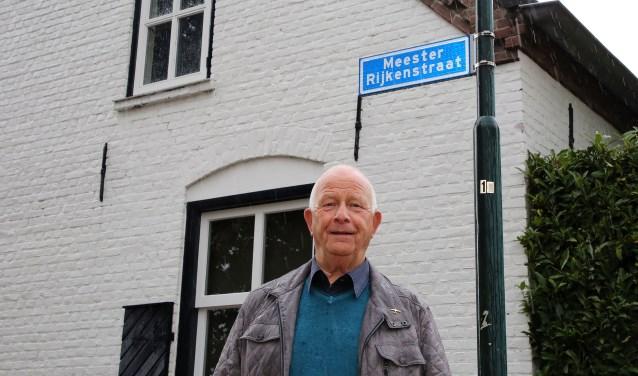 Kleinzoon Ben Rijken in de straat die naar zijn grootvader genoemd is: de meester Rijkenstraat. (Foto: Theo van Sambeek).