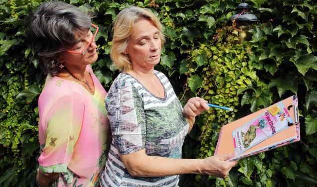 Els (l) en Karin nemen de kinderjury heel serieus